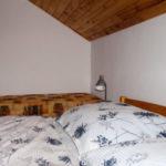postele a válenda v prvním apartmánu
