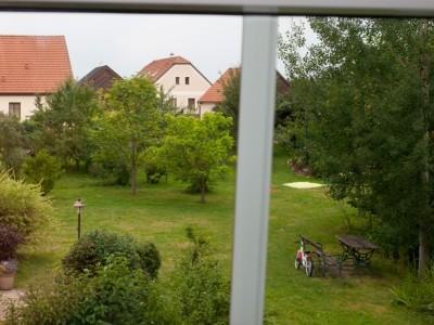 ubytování s výhledem do zahrady z okna ložnice
