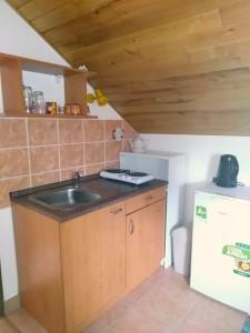 ubytování Příbraz - lednice a varná konvice v kuchyňce