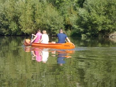 vodáci na řece v kanoi